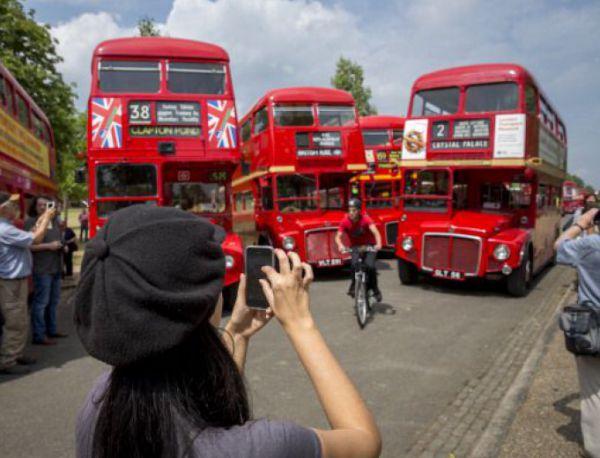 Двуетажни автобуси с нулеви емисии тръгват по улиците на Лондон